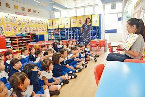 教育局指今學年幼稚園每期學費中位數約為八百二十元,較去年多約三十元。