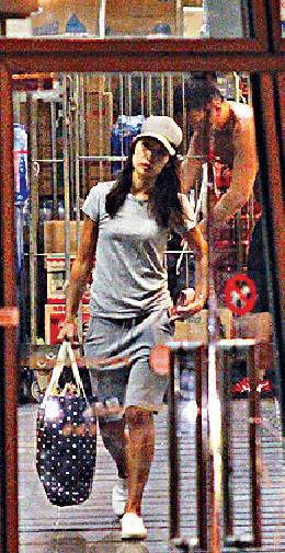 ■畀完錢,她好man咁單手攞行李出門口。