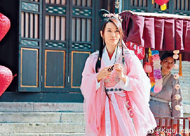 ■早前徐子珊在橫店拍攝網絡古裝電影,飾演20歲出頭的少女。