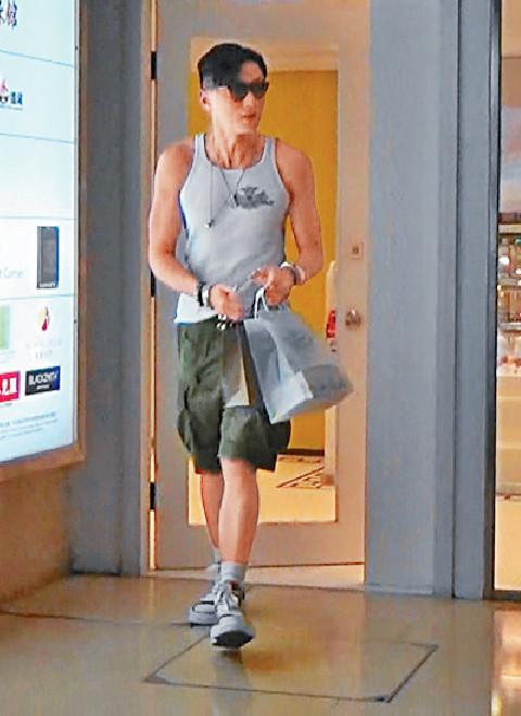 ■黃浩然離開店舖後,以Catwalk步伐行走,請慢慢欣賞黃生嘅靚Body。