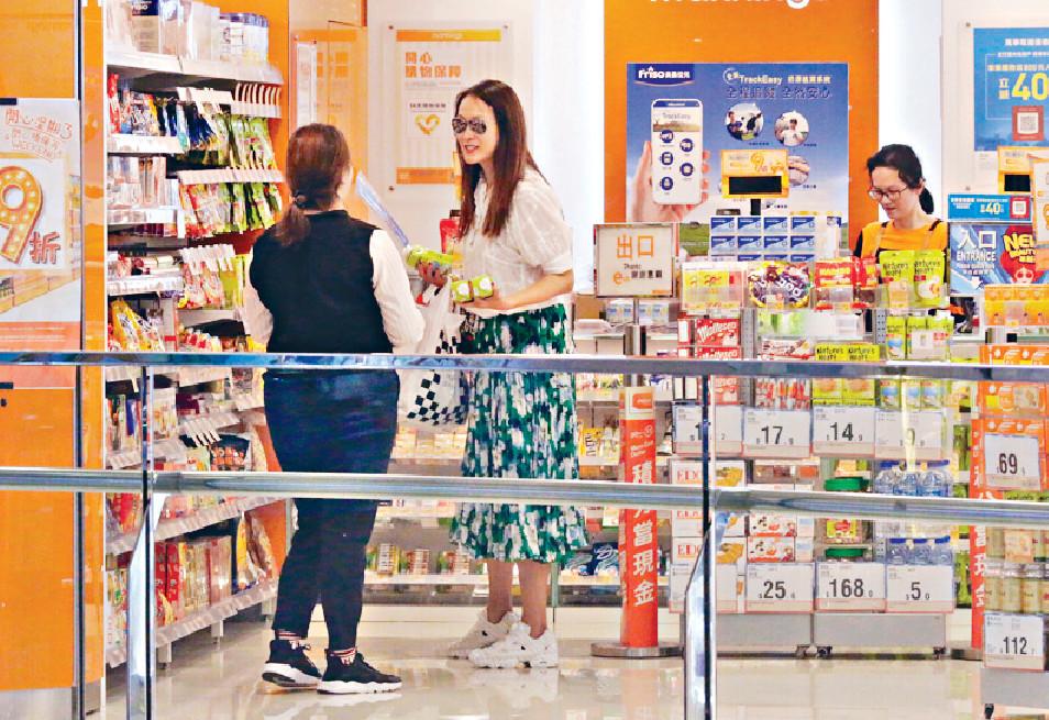 ■童愛玲揀椰子水時,有店員主動推銷。