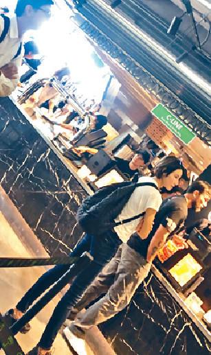 ■Michelle同Chris去餐廳買外賣。