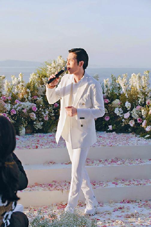 高歌祝賀 ■向佐好友蕭敬騰在婚禮上高歌送上祝福。