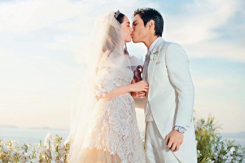 深情一吻 ■兩人在婚禮上深情一吻,十分浪漫。