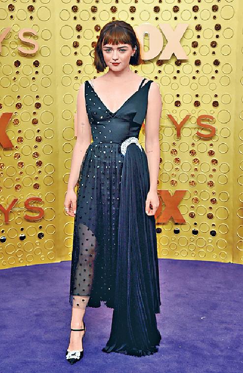 Maisie Williams ■在《權力遊戲》飾演Arya的Maisie以黑色低胸晚裝亮相,裙襬的喱士令晚裝不致於太隆重死板,配合她的形象。美聯社