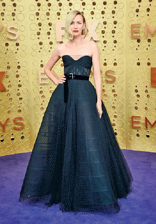 Naomi Watts  ■氣質女神Naomi每次現身都不會令人失望,是夜她穿上黑色傘裙,再配上利落的髮型,完美示範「簡單就是美」的定律。美聯社