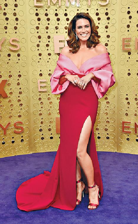 Mandy Moore ■Mandy Moore以桃紅撞紅色晚裝行紫地氈,設計累贅令她的身形更顯健碩,難言美感。美聯社