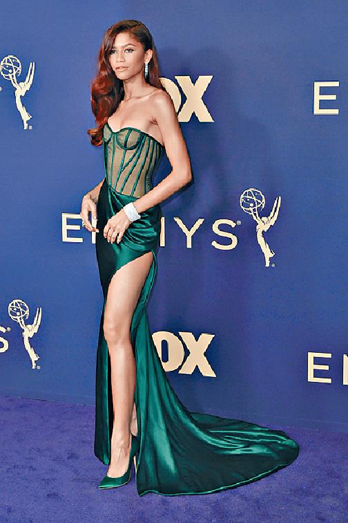Zendaya ■「新蜘蛛女」形格女星Zendaya雖然沒有份提名今屆艾美獎,但她在紫地氈以透視綠裙大晒美腿,贏得一眾外媒讚仙氣性格集於一身。美聯社