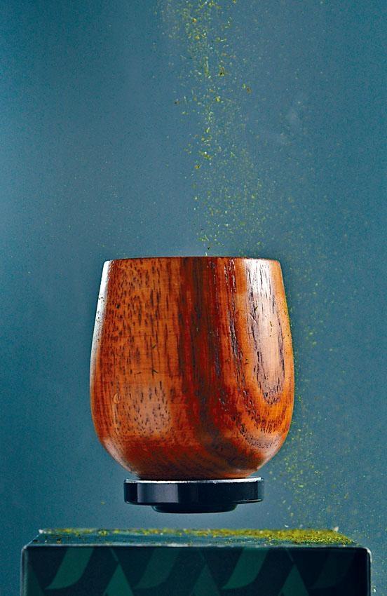 這杯懸浮於空氣中的雞尾酒結合了二次蒸餾的抹茶伏特加、燒酒、南瓜籽、薄荷、發酵大豆,並以稀有的浮游生物和海藻粉作裝飾,設計意念創新。