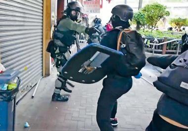持槍警員手部被鐵枝打中,恐有人搶槍,開槍解除威脅。