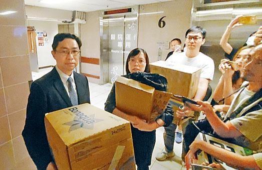 校長謝潤明(左)與副校長到醫院,但未能探望中彈的健仔。