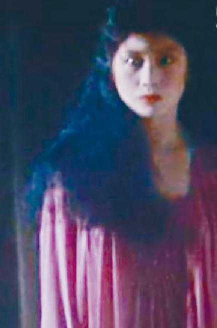 ■麥潔文喺電影《靈氣迫人》中演女鬼,唱主題曲會更投入。