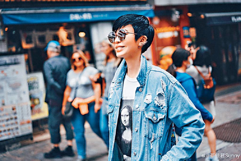 ■早前孫佳君一身新潮打扮、左耳穿上一排耳環喺日本打卡。