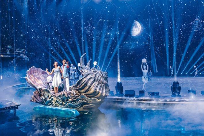 逼真的船隻道具,配合環繞水道演出,令《龍秀》每晚演出均座無虛設,有興趣者最好預訂門票。