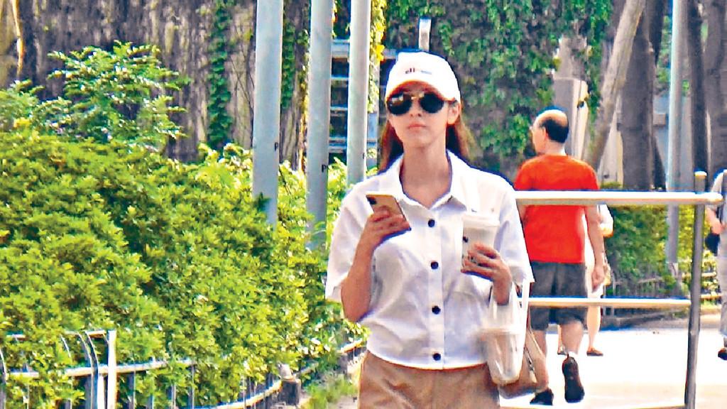 透bra ■另一日,同一路線行返天后嘅Grace,白衫下透出bra形好吸睛。