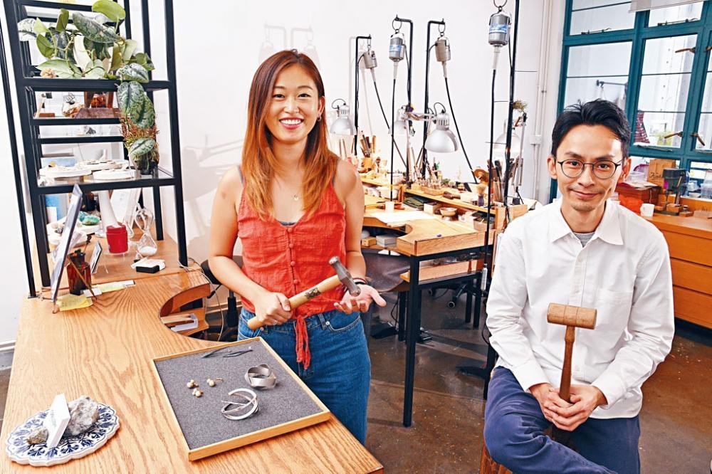 ●Belinda(左)及Hugo(右)共同創立飾物品牌Obellery,並舉辦DIY飾物工作坊。