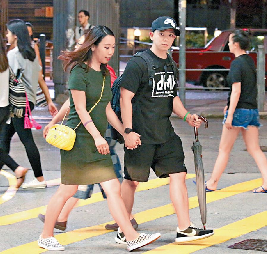 ■好多人行路唔帶眼,所以林子善拖實老婆過馬路。