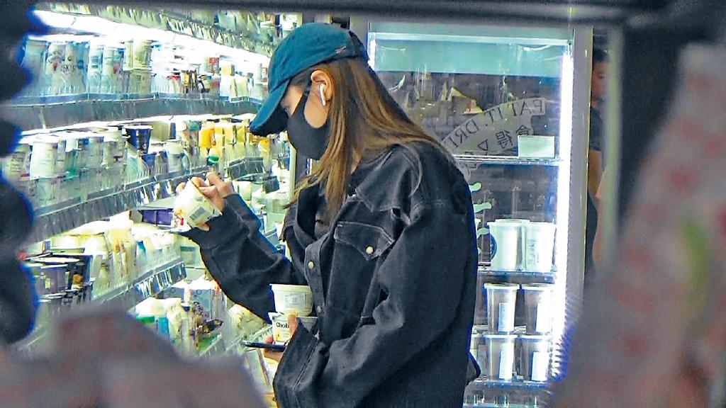 買乳酪 ■娜姐揀咗5、6盒乳酪,再拎多幾盒椰子味布甸。
