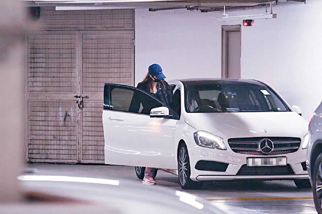 揸車返豪宅 ■早前,娜姐搬到跑馬地星級豪宅,出入揸其自訂車牌白色車。