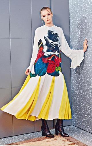 配以波浪褶衣袖的Lovers Print褶襉連身裙/$69,000、Valentino Garavani黑色尖頭羊皮靴/$9,800。