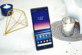 Xperia 5熒幕沿用21 : 9畫面比例的OLED面板,但尺寸縮小至6.1吋,解像度也降至FHD+;除了藍色,還有紅、灰及黑三色機身供選擇。
