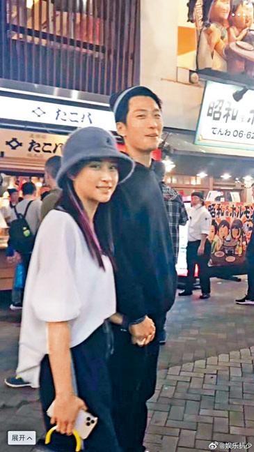 何超蓮跟男友竇驍被捕獲十指緊扣蜜遊日本。