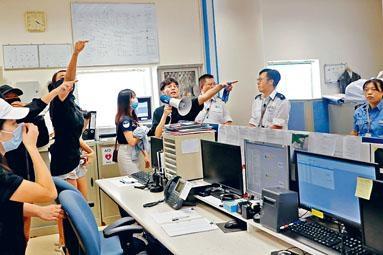 浸大學生會闖入保安室抗議。