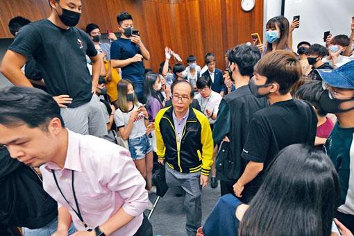 理大講師陳偉強(中)遭逾百人圍堵其課堂近五句鐘。