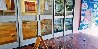校內玻璃門被擊碎。