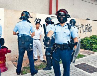 防暴警截查包括學生的途人。