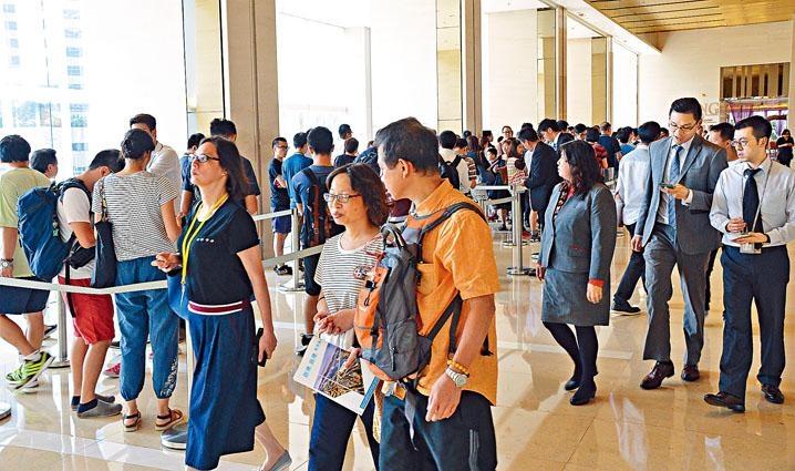 港府正認真考慮包括推出類似「港人港樓」的措施,在新出售土地中加入賣地條款,規定新建私樓只能賣給香港人。