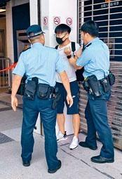 戴口罩跳閘青年被警員截獲及接受調查。