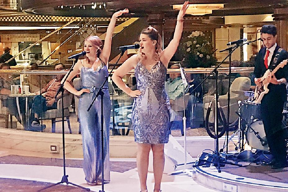 ■郵輪上有英國姊妹花載歌載舞,事後項明生更與她們合照。