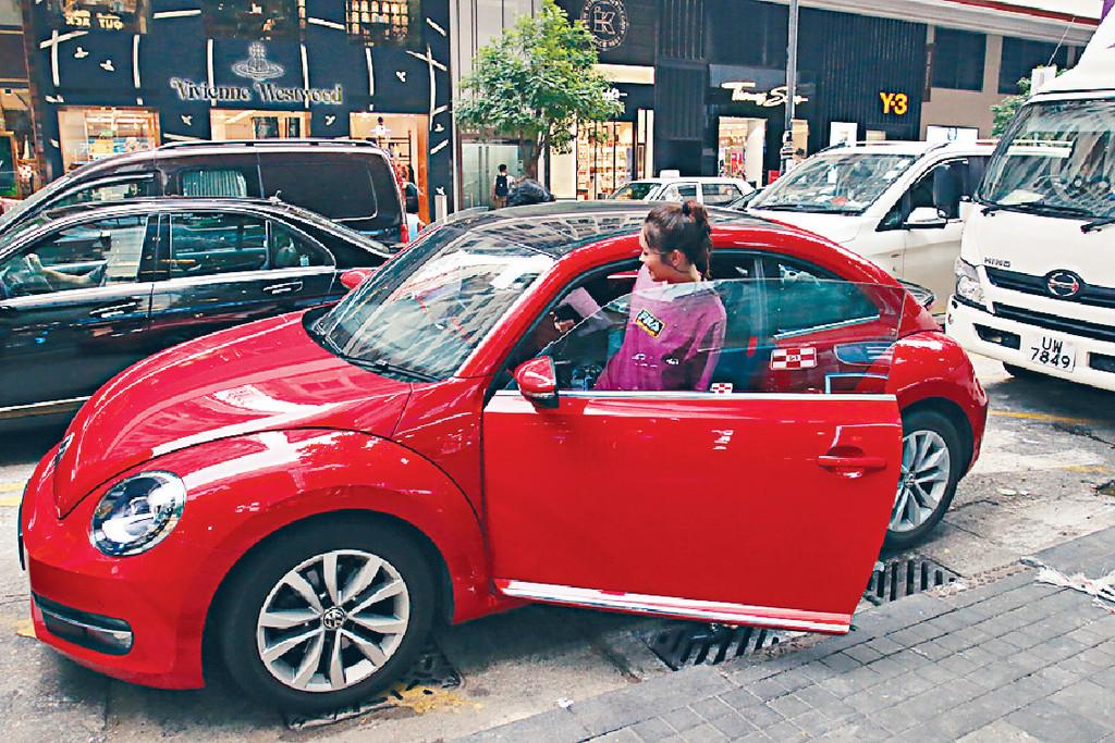 助手接送 ■Ali有助手揸車接送。