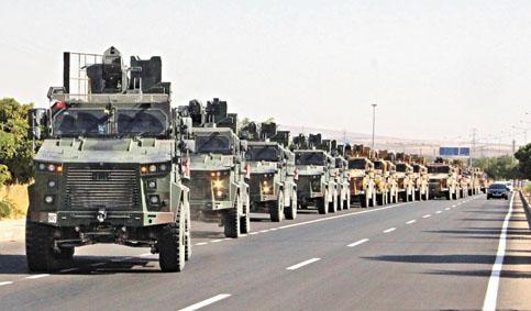 土耳其軍車在土敍邊境駛過。