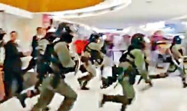 防暴警突破保安阻撓衝入新港城中心執法。