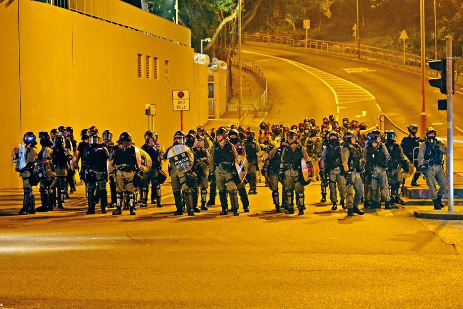 新港城中心保安被捕,數百人上街聲援包圍馬鞍山警署,防暴警出動驅散示威者。