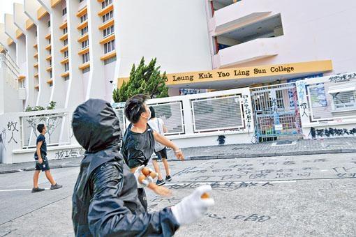 保良局姚連生中學日前遭學生及「黑衣人」闖入破壞。