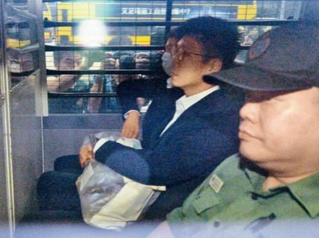 被告梁天琦由囚車送上庭。