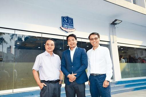 德萃教育機構董事會主席徐飛(中)、董事曹啟樂(左)及陳耀生(右)表示,大光德萃書院在高中提供兩個國際課程,學生可「因材施考」。