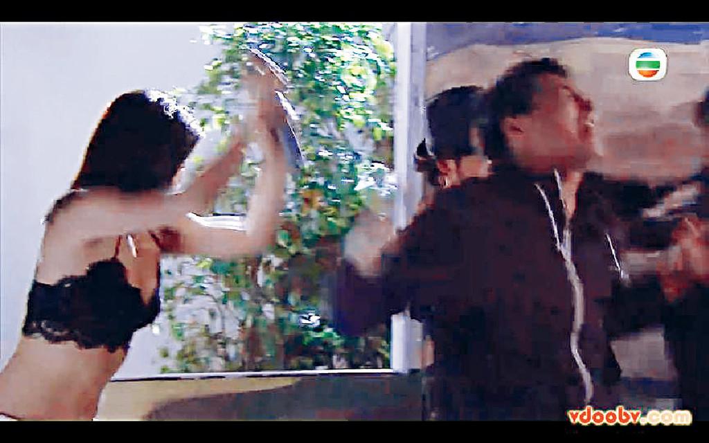 ■喺劇集《乘勝狙擊》中,趙希洛被歹徒扯爛衫,露出黑Bra。