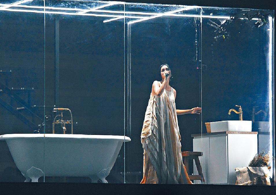 ■Kay把浴室搬上舞台,投射出古仔的影像。
