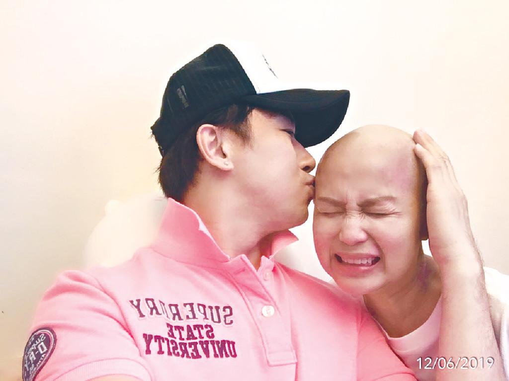 陪妻抗癌 ■子博太太於今年4月患癌,癌細胞擴散到肝臟、胰臟、肺、淋巴同背脊。個病超罕見,平均10萬人僅有一個病例。