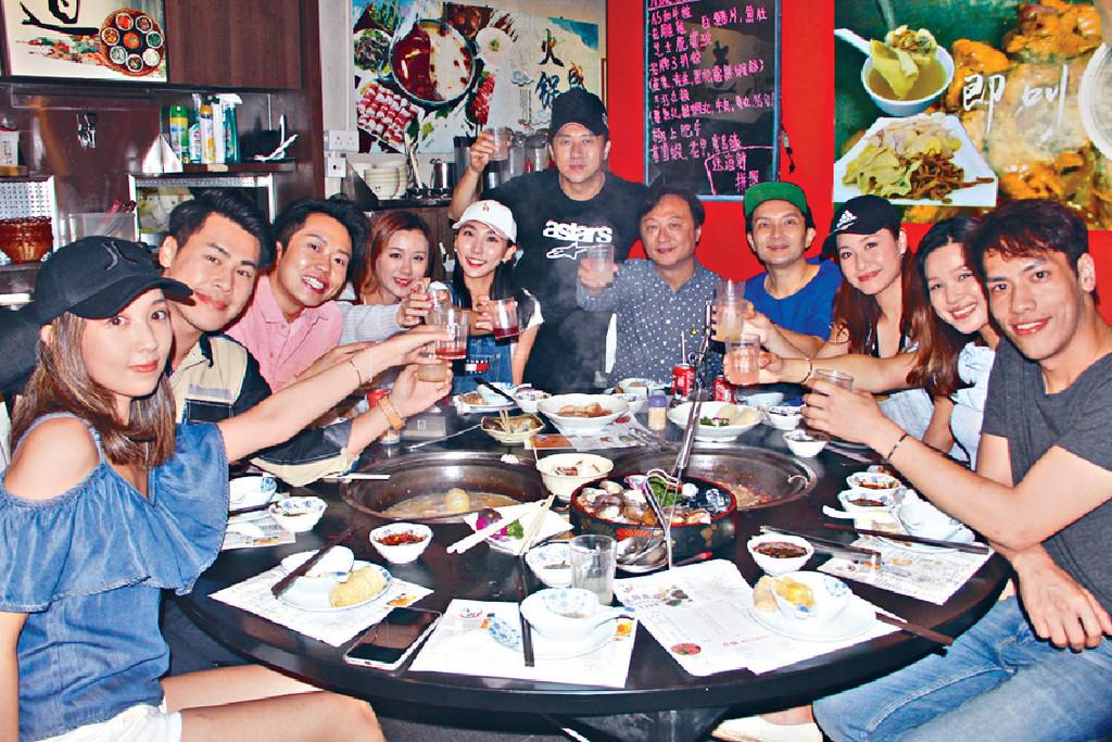 感動Farewell ■本周三晚,TVB《娛樂新聞台》監製張志明率一班主播跟林子博在將軍澳酒樓食火鍋Farewell。