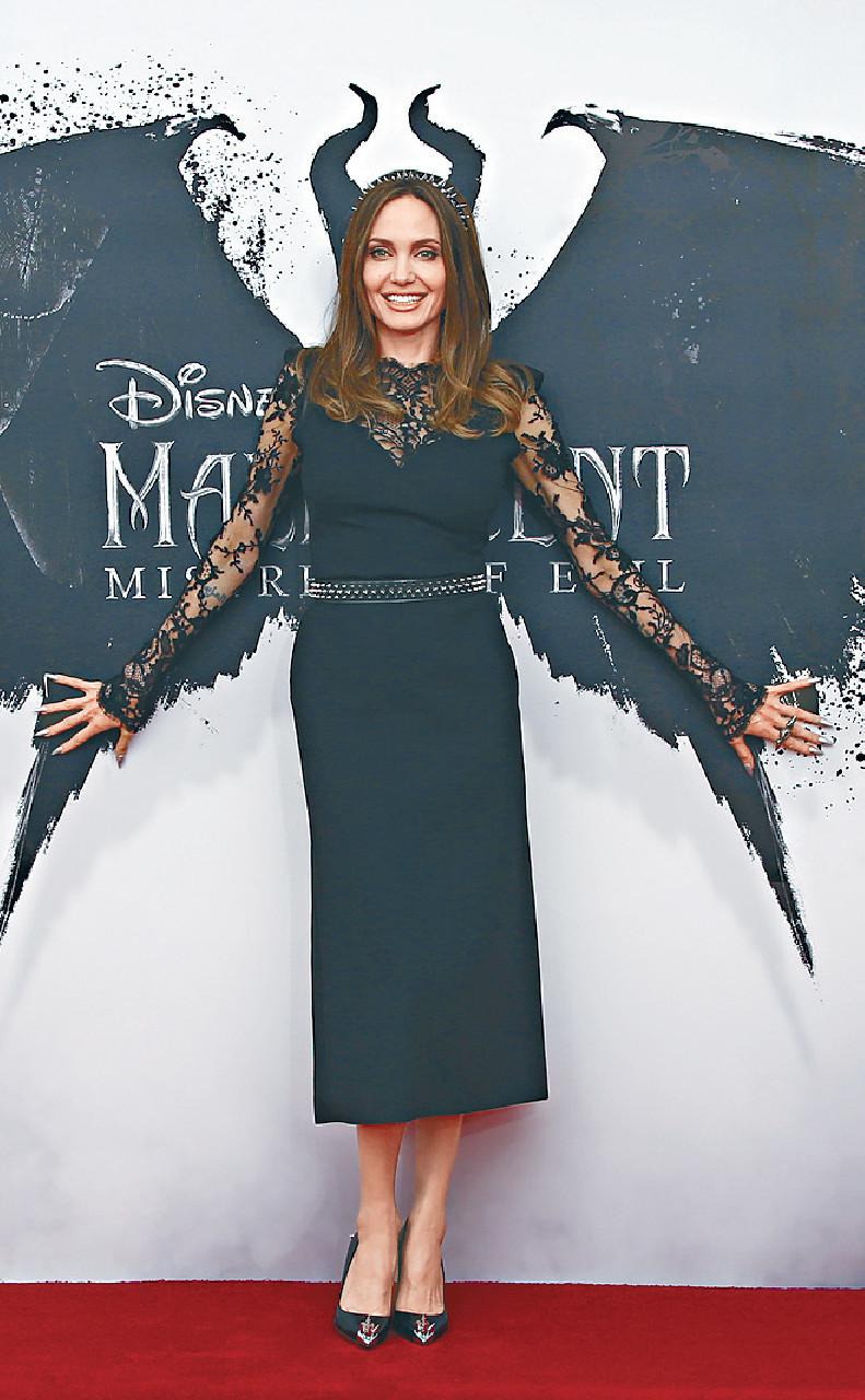 ■安祖蓮娜在倫敦出席《黑魔后2》首映。