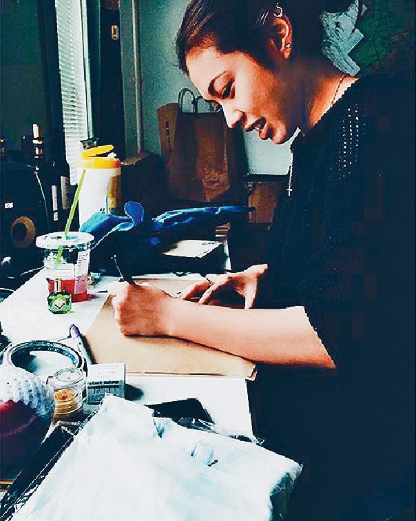 親力親為 ■王曼喜做生意愛親力親為,會親自設計畫草圖。