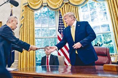 ■美國總統特朗普在白宮接見中國國務院副總理劉鶴(左)。