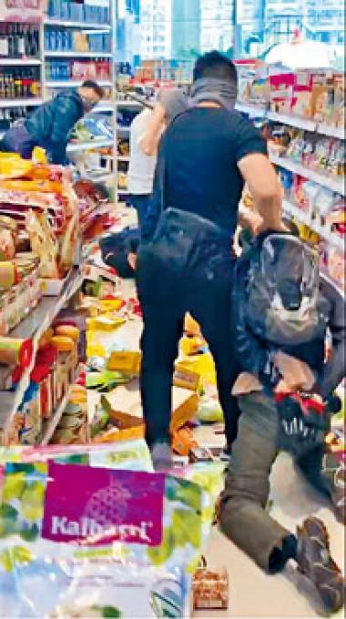 ■便裝警拘捕涉破壞葵芳新都會廣場優品360的示威者。