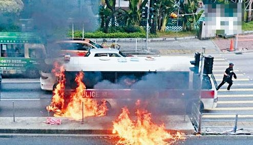 ■有警車在源禾路,被示威者投擲汽油彈着火。