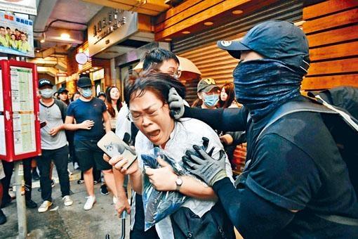 ■檢控主任邱錦玲前日被黑衣人包圍襲擊。
